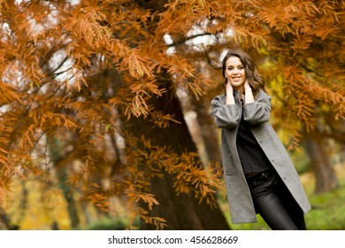 Young woman posing in the autumn park