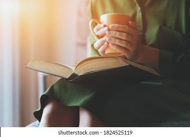 jeune femme lisant un livre et buvant du café à la maison, étudiant ou se reposant