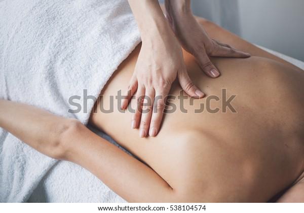 年輕女子在美容水療中心用手按摩放鬆。