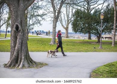 junge Frau, die ihren Hund spazieren geht