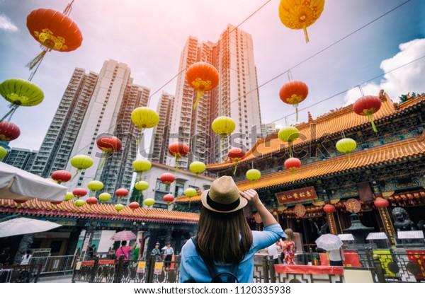 若い女性の旅行者が香港のWong Tai Sinテンプルを訪れている