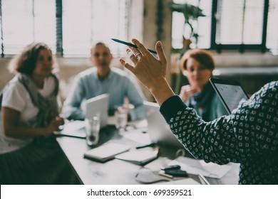 Junge Frauen, die während der Präsentation im Kreativbüro Redner hören. Erfolgreiches feminines Teamwork und Business Brainstorming Konzept. Tonbild