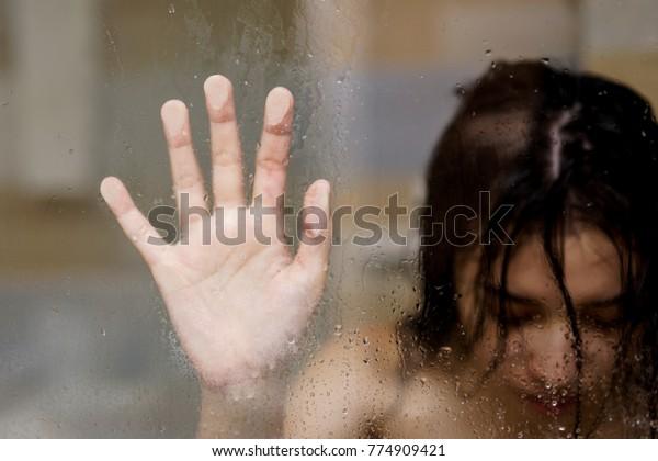 Masturbiert Regen Mädchen den Sexy Arsch