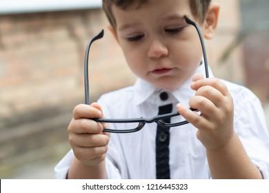 Your child's vision. Glasses prescription for a child. Child's hypermetropia. Child's short sightedness. Childs myopia.
