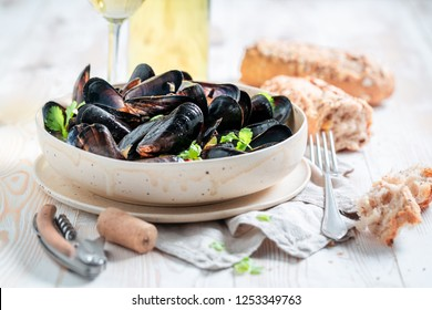 Yummy mussels served with tasty wholemeal bread