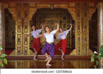 Yung Thai Womam are practicing the old Thai dance, They are smiling.