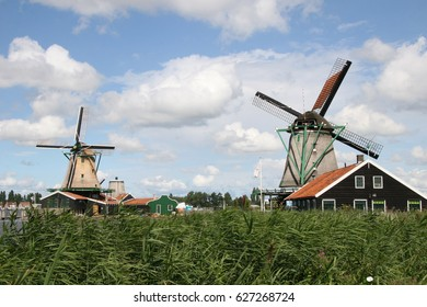 Zaanse Schans is a neighborhood located very close to Amsterdam on the banks of the river Zaan. It tries to be a faithful reproduction of life in the region of the Zaan during the seventeenth
