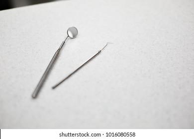 Zahnarztbesteck auf Tisch