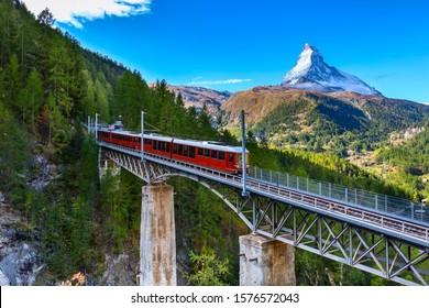 Zermatt, Schweiz. Gornergrat roter Touristenzug auf der Brücke und Matterhorn Peal Panorama in den Schweizer Alpen