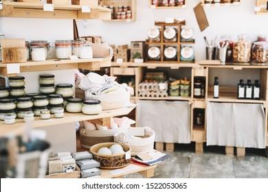 Detalles interiores de la tienda de basura cero. Estantes de madera con diferentes alimentos y productos de higiene personal o cosméticos en un supermercado de plástico gratuito. Compras ecológicas en pequeñas empresas locales