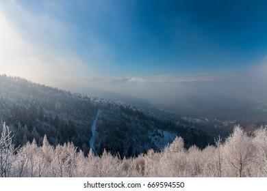 Pi?kny zimowy krajobraz. Zamro?one drzewa, du?o ?niegu - Shutterstock ID 669594550
