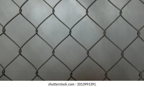 The zinc threads are interlocking in a diamond shape