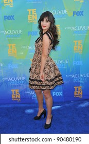 Zooey Deschanel arrives at the 2011 Teen Choice Awards at the Gibson Amphitheatre, Universal Studios, Hollywood. August 7, 2011  Los Angeles, CA Picture: Paul Smith / Featureflash
