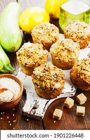 Des muffins de courgette au citron sur la table