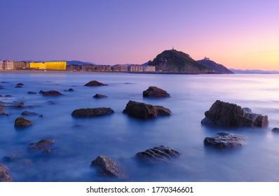 Puesta de sol en la playa de Zurriola, costa de la ciudad de Donostia, San Sebastián, Euskadi