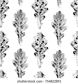 Black and white seamless pattern of autumn, fall oak leaves, hand made ink print, stamp, black and white vector illustration. Hand printed grunge seamless pattern of black and white oak leaves