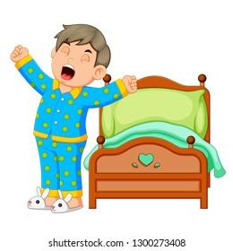 Ein Junge wacht morgens auf und streckt sich