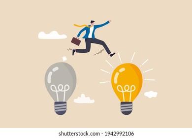 Transformation d'entreprise, gestion du changement ou transition vers une entreprise plus innovante, amélioration et adaptation au nouveau concept normal, un homme d'affaires intelligent passe de l'ancienne à une nouvelle idée d'ampoule brillante.