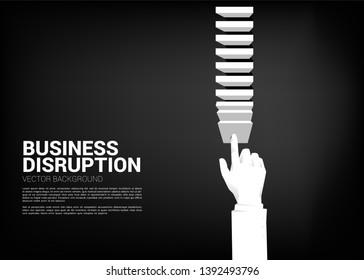 ビジネスマンは、目標を達成するドミノ効果を生み出すために、ブロックを押す。混乱を引き起こすドミノ効果を生み出すビジネスコンセプト。