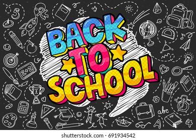 Konzept der Bildung. Schulhintergrund mit handgezeichneten Schulmaterial und Comic-Sprechblase mit Zurück zu Schule-Schriftzeichen im Pop-Art-Stil auf der Tafel.