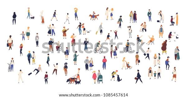 人群的小人走与儿童或狗,骑自行车,站立,说话,跑步。 卡通男性和女性在城市街道进行户外活动。 平面彩色矢量插图