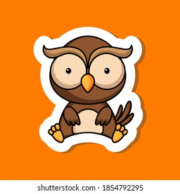 Joli modèle d'autocollant de bande dessinée pour petit hibou. Mascot animal création d'album, album, scrapbook, carte de voeux, invitation, prospectus, autocollant, carte. Illustration vectorielle de stock.