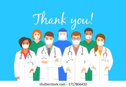 Ärzte Team in Schutzmasken mit Dankeschön Inschrift. Anerkennung für das Krankenhauspersonal, das gegen die Ausbreitung des Koronavirus kämpft. Das Personal der Klinik, Ärzte und Krankenschwestern steht zusammen