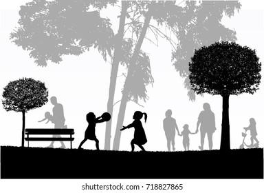 Familiensilhouetten in der Natur.