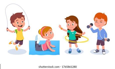 Jóvenes y niñas aptos entrenando y haciendo ejercicios deportivos. Niños sonrientes saltando cuerda, girando aro hula, levantando campanas y haciendo gimnasia. Gimnasio y bienestar. Ilustración de caracteres vectoriales planos