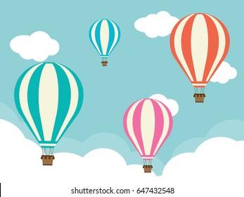 Quatro balões de ar quente com nuvens
