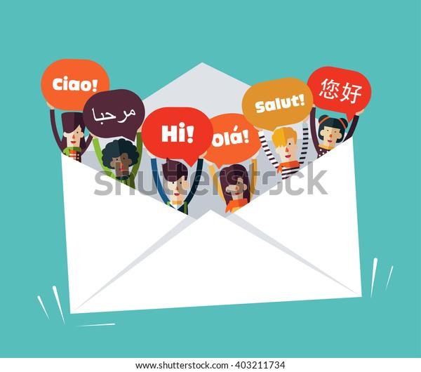 Grupo de jóvenes sonrientes felices con burbujas de habla en diferentes idiomas en un sobre grande. El estilo de diseño de los avatares es masculino y femenino. Concepto de comunicación, trabajo en equipo y vectores de conexión