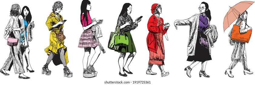 illustration à l'encre dessinée à la main de huit femmes urbaines marchant, colorées sur fond blanc - elles portent des sacs à main, des sacs à main et divers sacs à provisions