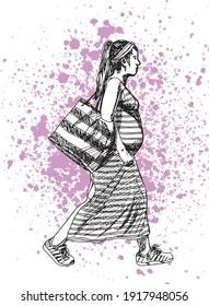 illustration à l'encre dessinée à la main d'une femme enceinte marchant, vêtue d'une robe rayée, de baskets, d'un banc à tête et portant un sac rayé, sur fond grunge rose (taches)