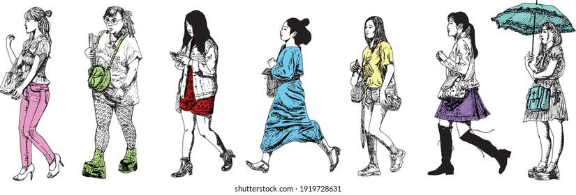 illustration à l'encre dessinée à la main de sept femmes d'Asie urbaine marchant, colorées sur fond blanc - elles portent des sacs à main, des sacs à main et divers sacs d'achats (également un parapluie)