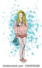 illustration à l'encre dessinée à la main d'une jeune fille avec son smartphone, debout, avec un sac à main bleu sur les épaules, portant un pull et des shorts, et des chaussures de tennis orange, sur fond grunge bleu