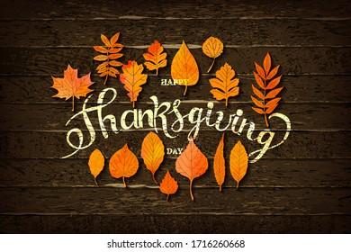 Feliz Día de Acción de Gracias con texto de felicitación en el marco. El árbol de otoño deja el borde sobre un fondo de madera. Diseño otoñal para la tarjeta de saludo de la temporada de otoño, estilo de corte de papel, ilustración vectorial