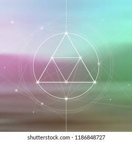 Interlockende Kreise, Dreiecke und Quadrate verbergen eine heilige Geometrie-Abbildung mit goldenen Quotienten und leichten Punkten vor fotografischem Hintergrund.