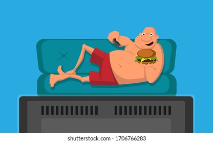 Mann mit Hamburger auf dem Sofa, der fernsieht