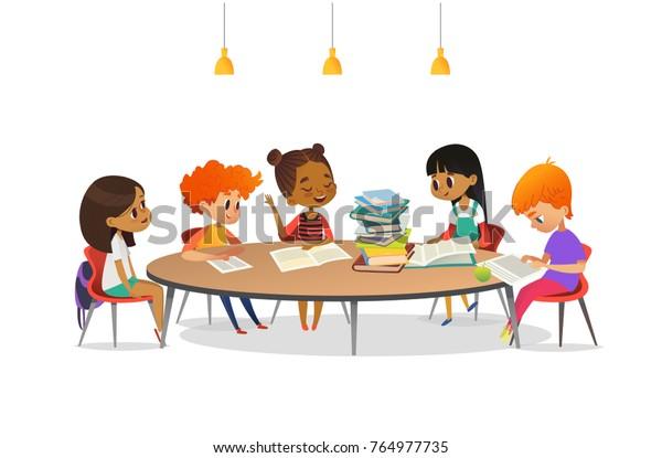 Vetor Stock De Criancas Multirrraciais Sentadas Ao Redor Da Livre