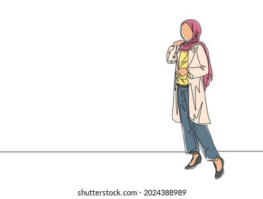 One single line drawing of young happy beauty muslimah wearing headscarf pose nicely. Beautiful Asian woman model in trendy hijab fashion concept continuous line draw design vector illustration