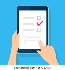 Online-Umfrage, Checkliste. Hand hält Tablette und Finger berühren vertikal Bildschirm. Feedback-Geschäftskonzept Cartoon-Flache Vektorgrafik einzeln auf Blau. Minimalistisches Design für Website, mobile App