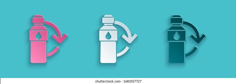 Icône de bouteille en plastique coupée en papier Recyclage isolée sur fond bleu. Style papier. Illustration vectorielle