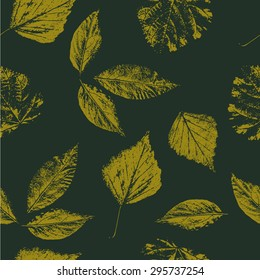 Seamless pattern with realistic leaves.