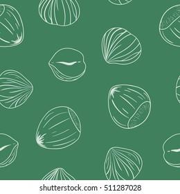 Nahtloses Muster mit geschält und ganzen Haselnüssen. Umrisse auf grünem Hintergrund. Handgezeichnetes, nahtloses Muster, eps10. Für Hintergründe, Verpackungen, Anzeigen, Innenräume, Etiketten und andere Designs.