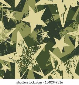 Nahtlose Vektorgrafik-Pinselstrich-Tarnung mit grünen Sternen einzeln auf dunkelgrünem Hintergrund.