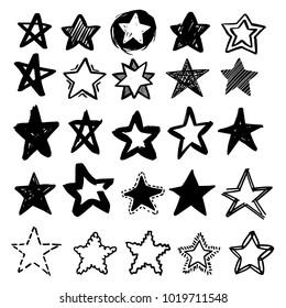 Satz von schwarz handgezeichneten Vektorstern im Doodle-Stil auf weißem Hintergrund. Kann als Muster oder eigenständiges Element verwendet werden. Pinselskizze