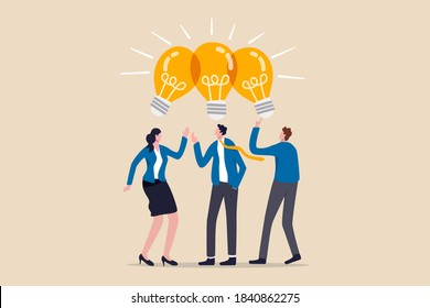 Partager des idées d'affaires, des réunions de collaboration, partager des connaissances, travailler en équipe ou des gens pensant au même concept d'idée, des hommes d'affaires intelligents des employés de bureau font équipe pour partager l'idée d'une ampoule électrique.