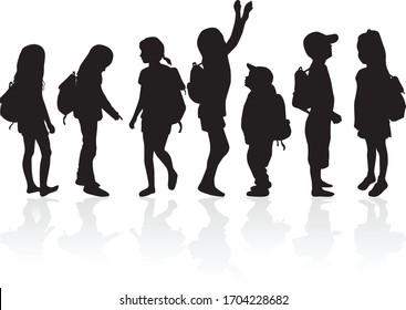 Silhouetten von Kindern mit Rucksack.