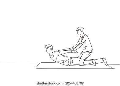 Single continuous line drawing professional therapist practicing massage therapy. Man patient enjoying wellness spa body treatment. Rehabilitation, physiotherapy treatment. One line draw design vector