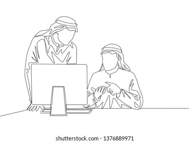 Single continuous line drawing of young muslim business team members discussing company project plan. Arab middle east cloth shmagh, kandura, thawb, robe. One line draw design illustration